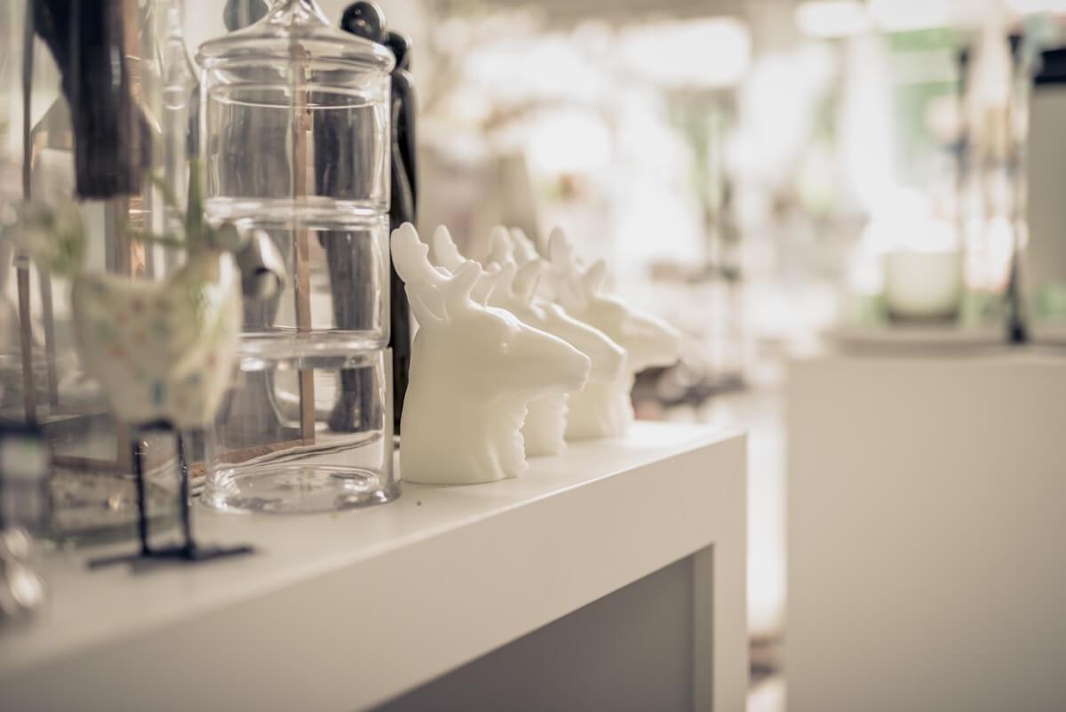 Livios. Gartencenter. Café. Bar. Restaurant. - Nicht nur Blumen im Gartencenter. Dekoartikel bilden die Identität eines Zuhause.